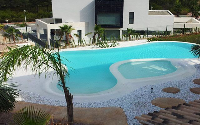 decoracion-exterior-piscinas-arena-playa-10