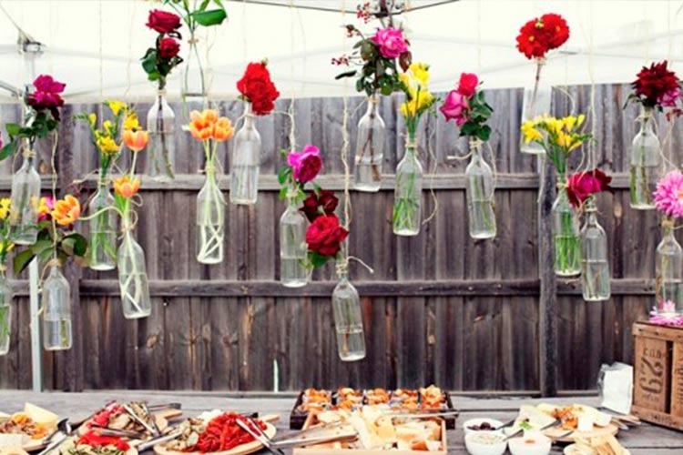 decoracion-mesas-verano-botellas-flores-09