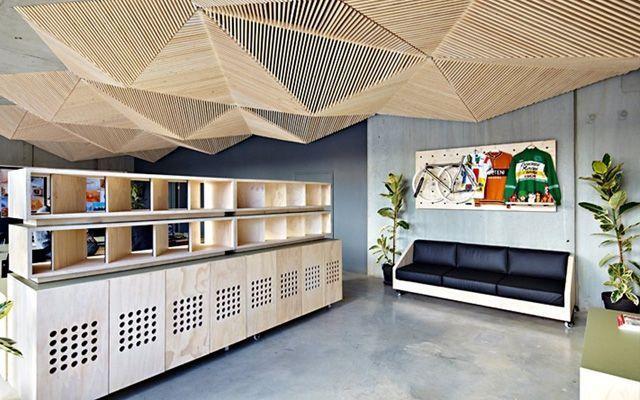 Decoración de oficina con listones de madera