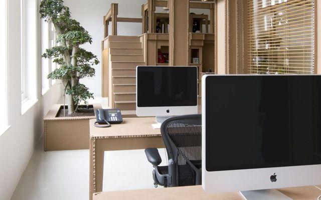 Nothing una oficina dise ada en cart n for Elementos para decorar una oficina