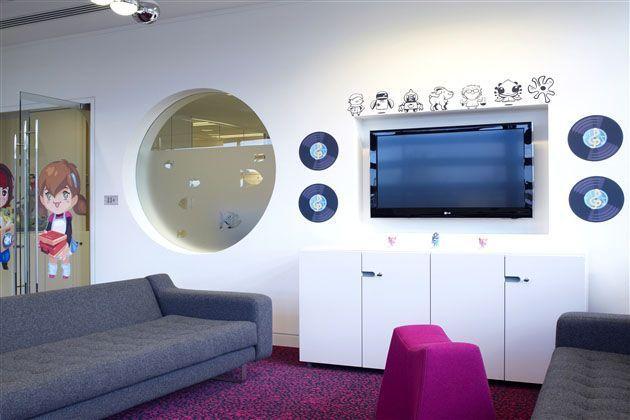 Oficina Playsfish con decoración alegre e infantil