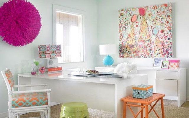 Duvarları kuş tüyü rozetlerle dekore etme fikirleri