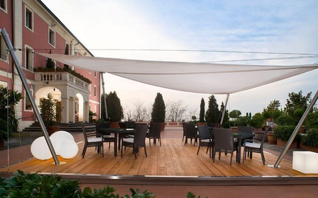 Toldo triangular terraza materiales de construcci n para for Toldos retractiles para terrazas