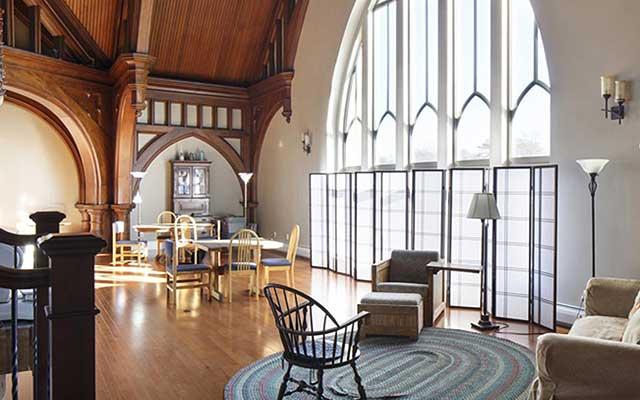 Interiores originales: Iglesias reconvertidas en viviendas y locales