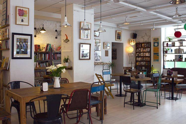 Decoración de cafeterías con librería