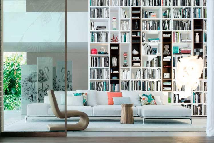 Librería con composición en salón