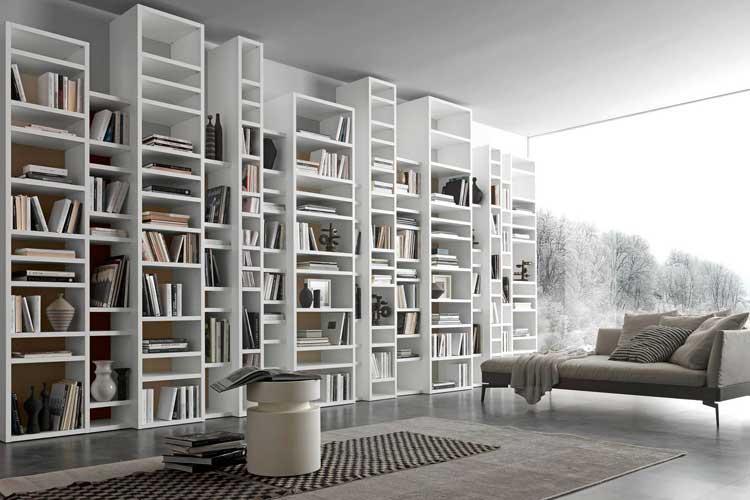 Librería de salón a distintas alturas