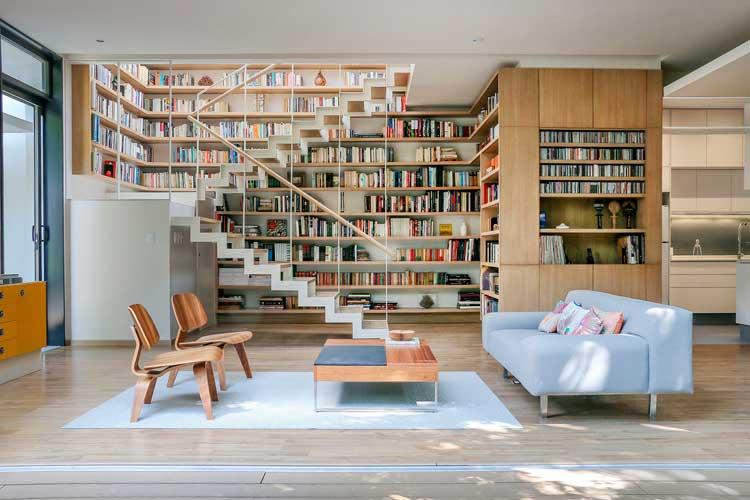 Gran librería con escalera a dos tramos y rellano